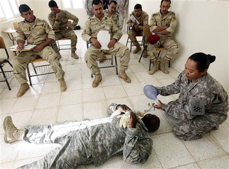 U.S. soldiers train their Iraqi counterparts during an emergency first aid course at a military base in Ramadi, 100 km (60 miles) west of Baghdad, October 12, 2010. REUTERS/Mohammed Ameen