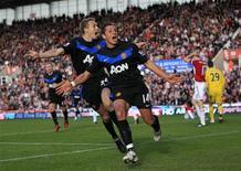 <p>O substituto de Wayne Rooney no Manchester United, Javier Hernandez, comemora seu segundo gol contra o Stoke City. 24/10/2010 REUTERS/Darren Staples</p>