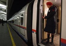"""<p>Проводница ждет пассажиров в вагоне поезда """"Сапсан"""" в Москве 17 декабря 2009 года. Российские железные дороги запускают услугу электронной регистрации во всех поездах дальнего следования. REUTERS/Sergei Karpukhin</p>"""