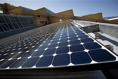 Solar panels sit on the roof of SunPower Corporation in Richmond, California March 18, 2010. SunPower is a San Jose, California-based maker of high-efficiency solar panels. REUTERS/Kim White