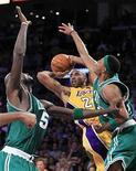 """<p>Игрок """"Лос-Анджелес Лейкерс"""" Коби Брайант (в центре) бросает мяч в 7-м матче финала плей-офф против """"Бостон Селтикс"""" в Лос-Анджелесе 17 июня 2010 года. В ночь со вторника на среду начнется 65-й сезон Национальной баскетбольной лиги (НБА). REUTERS/Mike Blake</p>"""