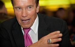 <p>The Governor of California, Arnold Schwarzenegger (C), talks with soldiers during a visit to Wellington Barracks, in central London on October 14, 2010. REUTERS/Leon Neal/Pool</p>