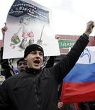 <p>Российские демонстранты выступают против коррупции в Москве, 29 октября 2006 года. Россия побила очередной печальный рекорд, опустившись еще ниже в мировом рейтинге восприятия коррупции, составляемом Transparency International, которая объясняет негативную динамику существованием в стране касты высокопоставленных лиц, чья неприкосновенность гарантирована круговой порукой.REUTERS/Viktor Korotayev</p>