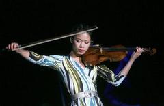 <p>Ванесса Мэй выступает в Риге 10 декабря 2007 года. 27 октября 1978 года родилась известная скрипачка Ванесса Мэй. REUTERS/Stringer</p>