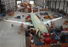 <p>Vista general de la fabricación de un avión de Airbus en Finkenwerder, Alemania. Oct 21 2010 El fabricante de aviones Airbus revisó los pedidos previstos para el 2010 a 400 unidades desde 300, dijo el presidente ejecutivo de la empresa en una entrevista con el periódico al-Hayat. REUTERS/Christian Charisius</p>