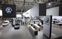 <p>Vista general de una exhibición de Volkswagen en una feria en Hanóver, Alemania. Sep 21 2010 Volkswagen mostró una sólida rentabilidad en el tercer trimestre por el desempeño de su marca de lujo Audi, que excedió las previsiones del mercado, y por las buenas ganancias de sus operaciones en China. REUTERS/Christian Charisius/ARCHIVO</p>