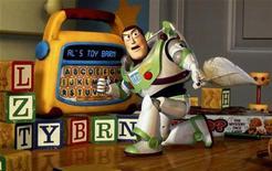 """<p>Fotograma de archivo del personaje Buzz Lightyear en la película """"Toy Story 2"""". Legos, mascotas robóticas, juguetes inspirados en personajes del cine o la televisión y una nueva versión del clásico Monopoly encabezarán las listas de deseos para esta Navidad en Gran Bretaña, según predijo la Toy Retailers Association (TRA) el miércoles. REUTERS/STR New</p>"""