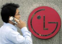 <p>LG Electronics a publié une perte d'exploitation trimestrielle record de 185 milliards de wons (118,4 millions de dollars), grevée par sa division combinés mobiles et par la concurrence dans les téléviseurs. /Photo d'archives/REUTERS/Choi Bu-Seok</p>