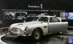 """<p>Aston Martin DB5 Джеймса Бонда, появившаяся на экранах в фильмах """"Голдфингер"""" и """"Шаровая молния"""", представлена в зале Sotheby's Autumn Sales в Гонконге 4 октября 2010 года. Американский бизнесмен купил Aston Martin DB5 Джеймса Бонда 1964 года выпуска за 2,9 миллиона фунтов стерлингов ($4,59 миллиона) на аукционе в Лондоне в среду. REUTERS/Bobby Yip</p>"""