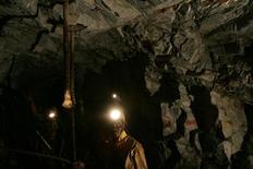 <p>Mineworkers work underground at Harmony Gold Mine's Cooke shaft near Johannesburg, September 22, 2005. REUTERS/Mike Hutchings</p>