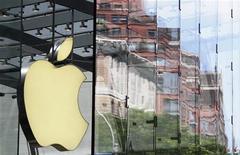 <p>Apple s'est associé avec le fabricant français de cartes à puce Gemalto pour proposer un téléphone mobile avec une carte à puce intégrée qui permettrait de court-circuiter les opérateurs téléphoniques classiques, rétrogradés au rang de simples fournisseurs de réseaux. /Photo prise le 20 juillet 2010/REUTERS/Lucas Jackson</p>