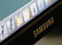 <p>Le sud-coréen Samsung, leader mondial des mémoires, fait état d'un bénéfice d'exploitation en hausse et conforme aux attentes au titre du troisième trimestre mais les analystes anticipent une nette baisse des résultats pour le trimestre en cours. /Photo prise le 29 octobre 2010/REUTERS/Lee Jae-Won</p>