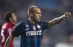 <p>Wesley Sneijder do Inter de Milão comemora gol contra o Twente Enschede em setembro. Sneijder acertou na quinta-feira a renovação de contrato com a equipe italiana por dois anos, até 2015. 14/09/2010 REUTERS/Olaf Kraak/Arquivo</p>
