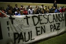 """<p>Banderole déployée à la mémoire de Paul le Poulpe lors d'une rencontre entre le FC Barcelone et Ceuta. Le mollusque pronostiqueur, héros de la Coupe du monde 2010, était au coeur d'une conspiration internationale de parieurs: tel est le scénario de base d'un thriller chinois intitulé """"Kill Octopus Paul"""" (""""Le meurtre de Paul le poulpe""""). /Photo prise le 26 octobre 2010/REUTERS/Jon Nazca</p>"""