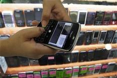<p>Imagen de archivo de un vendedor con un celular en una tienda en Bangkok. Sep 23 2010 La expansión del mercado de teléfonos celulares se desaceleró ligeramente en el último trimestre por preocupaciones sobre el crecimiento económico y déficits de componentes, una tendencia que acentuaría aún más hacia fin de año, dijeron investigadores el viernes. REUTERS/Sukree Sukplang/ARCHIVO</p>
