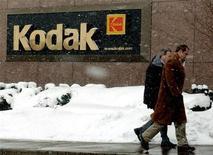 <p>Eastman Kodak a réduit ses pertes et battu le consensus au troisième trimestre, grâce à la conclusion d'un accord de licence. Le groupe spécialisé dans les produits de photographie a enregistré une perte trimestrielle de 43 millions de dollars, contre une perte de 111 millions de dollars un an auparavant. /Photo d'archives/REUTERS</p>