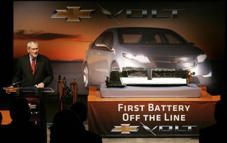 General Motors Chairman and CEO Ed Whitacre talks about the first assembled lithium-ion battery for the Chevrolet Volt electric vehicle during a news conference in Brownstown Township, Michigan January 7, 2010. REUTERS/Rebecca Cook
