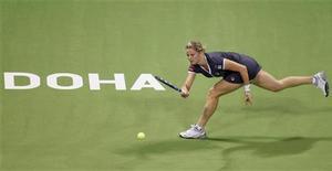 <p>Ким Клийстерс отбивает мяч в матче против Каролин Возняцки на турнире в Дохе, 31 октября 2010 года. Бельгийская теннисистка Ким Клийстерс выиграла в воскресенье итоговый турнир WTA в Дохе, обыграв первую ракетку мира Каролин Возняцки. REUTERS/Fadi Al-Assaad</p>