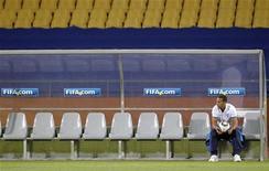 """<p>Игрок сборной Англии Рио Фердинанд сидит на скамье запасных во время тренировки своей команды в Рюстенбурге 11 июня 2010 года. Защитник """"Манчестер Юнайтед"""" Рио Фердинанд не сможет помочь своей команде в матче Лиги чемпионов против """"Бурсаспора"""", сообщил в понедельник английский клуб. REUTERS/Brian Snyder</p>"""