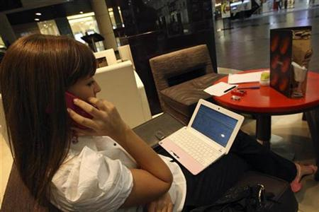 A woman speaks on her BlackBerry mobile phone at a shopping mall in Dubai August 2, 2010. REUTERS/Mosab Omar