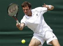 <p>Российский теннисист Теймураз Габашвили отбивает мяч во время матча против Филиппа Кольшрайбера, 23 июня 2010 года. Российский теннисист Теймураз Габашвили вышел во второй круг турнира Valencia Open, проходящего в Испании. REUTERS/Phil Noble</p>