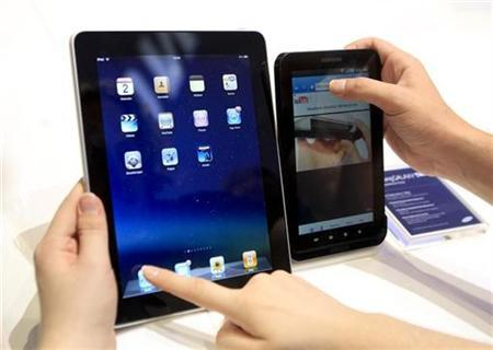 People compare the performance of Apple's iPad (L) and Samsung's Galaxy Tab tablet devices at the Internationale Funkausstellung (IFA) consumer electronics fair at ''Messe Berlin'' exhibition centre in Berlin, September 2, 2010. REUTERS/Thomas Peter