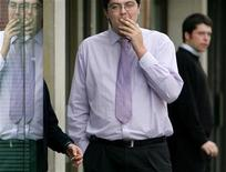 <p>Мужчина курит перед офисом в Лондоне 16 ноября 2004 года. Рабочие окружного совета Брекленда в графстве Норфолк теперь должны отмечаться каждый раз, когда им захочется выкурить сигарету. REUTERS/Toby Melville</p>