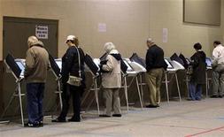 <p>Люди голосуют в Уэст-Честере, штат Огайо, 2 ноября 2010 года. После долгой и сложной предвыборной кампании в США стартовали промежуточные выборы в Конгресс, во время которых избиратели могут лишить демократов власти в парламенте и резко ограничить законодательные инициативы президента Барака Обамы. REUTERS/Matt Sullivan</p>