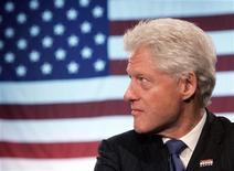 <p>Бывший президент США Билл Клинтон слушает выступление своей жены Хиллари Клинтон в Вашингтоне 20 марта 2007 года. 3 ноября 1992 года Билл Клинтон был избран президентом США, победив на выборах Джорджа Буша. REUTERS/Jim Young</p>
