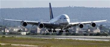<p>Imagen de archivo de un Airbus 380 operado por Lufthansa, aterrizando en el aeropuerto de Palma de Mallorca. Oct 2 2010 El fabricante de aviones Airbus, filial del grupo aeroespacial europeo EADS, recibió el pedido de 30 aparatos de la familia A320 de la compañía de leasing BOC Aviation. REUTERS/Enrique Calvo/ARCHIVO</p>