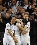 <p>Roman Pavlyuchenko do Tottenham Hotspur (dir) comemora com Gareth Bale (centro) e Jermaine Jenas depois de marcar gol contra o Inter de Milão na Liga dos Campeões. 02/11/2010 REUTERS/Dylan Martinez</p>
