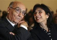 """<p>Vencedor do Nobel de Literatura José Saramago e sua esposa Pilar del Rio em Portugal, em 2006. O documentário """"José e Pilar"""" conta a história do romance do casal. 16/11/2006 REUTERS/Jose Manuel/Arquivo</p>"""