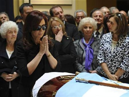 Argentine President Cristina Fernandez de Kirchner stands next to the coffin of her husband, former president Nestor Kirchner, in this handout image provided by the Argentine presidency during his wake in the Presidential Palace in Buenos Aires October 28, 2010. REUTERS/Argentine Presidency/Handout