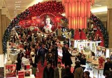 <p>Holiday shoppers pack Macy's department store in Herald Square in New York December 23, 2009. REUTERS/Mike Segar</p>