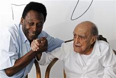 <p>Pelé segura a mão de Oscar Niemeyer durante coletiva de imprensa em que apresentaram os planos para o Museu Pelé, criado por Niemeyer para ser construído em Santos. Rio de Janeiro, 4 de novembro de 2010. REUTERS/Marcos Michael</p>