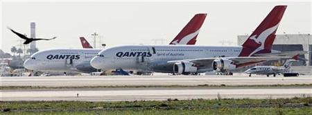 Zwei Qantas A380 auf dem Flughafen von Los Angeles am 5. November 2010. REUTERS/Fred Prouser