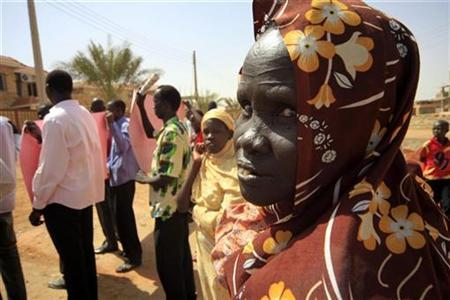 A Southern IDPs woman looks at students from the southern Abyei oil region demonstrating outside the South Sudan coordinator office against the delays of Abyei referendum in Khartoum November 04, 2010. REUTERS/ Mohamed Nureldin Abdallah