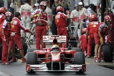 <p>Felipe Massa da Ferrari deixa o box durante a o GP do Brasil no sábado em Interlagos. 06/10/2010 REUTERS/Mauricio Lima/</p>