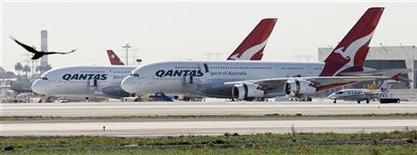 <p>Авиалайнеры A380 компании Qantas Airways в аэропорту Лос-Анджелеса 5 ноября 2010 года. Австралийская авиакомпания Qantas Airways прекратила полеты своих новейших авиалайнеров A380 как минимум еще на три дня, исследуя двигатели на предмет утечки топлива, которая могла стать причиной взрыва одной из турбин на прошлой неделе. REUTERS/Fred Prouser</p>