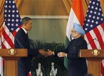 <p>El presidente estadounidense, Barack Obama, y el primer ministro indio, Manmohan Singh, durante una conferencia en Nueva Delhi. Nov 8 2010 India y Estados Unidos acordaron cooperar en distintos proyectos de energía, incluyendo el gas de esquisto y energías limpias, dijeron el lunes el primer ministro indio Manmohan Singh y el presidente estadounidense Barack Obama en conferencia de prensa. REUTERS/Jason Reed</p>