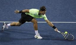 <p>Рафаэль Надаль отбивает удар Виктора Троицки на турнире Japan Open в Токио 9 октября 2010 года. Лидер мирового рейтинга ATP испанец Рафаэль Надаль будет готов к итоговому турниру года, который пройдет в Лондоне в ноябре, несмотря на травму, сообщил сам теннисист. REUTERS/Yuriko Nakao</p>