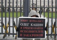 <p>Одиночный пикет у здания ГУВД Москвы 8 ноября 2010 года. (REUTERS/Sergei Karpukhin)</p>
