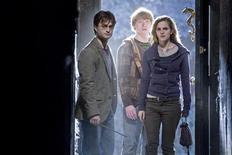 """<p>Atores Daniel Radcliffe, Rupert Grint e Emma Watson durante gravação de """"Harry Potter e as Relíquias da Morte: Parte 1"""", sétimo e penúltimo filme da série. REUTERS/Jaap Buitendijk/Warner Bros./2010 WARNER BROS</p>"""