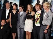 """<p>Foto de archivo del elenco del filme """"Harry Potter y el misterio del príncipe"""" en Nueva York, jul 9 2009. Se acerca el final para la exitosa saga de las películas de Harry Potter, con la premier de la séptima y penúltima entrega el jueves, y sus jóvenes actores analizan cómo será su vida cuando termine el ficticio mundo de la magia. REUTERS/Jamie Fine</p>"""