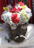 """<p>Una calavera adornada es transportada hasta una iglesia durante el Día de Difuntos en La Paz, nov 8 2010. Miles de bolivianos cerraron el lunes las celebraciones del Día de Difuntos venerando a las """"ñatitas"""", como llaman a las calaveras que según la tradición otorgan favores a cambio de culto. REUTERS/David Mercado</p>"""