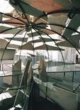 """<p>Выставка итальянского художника Марио Мерца на Венецианском Биеннале 10 июня 1997 года. 9 ноября 2003 года в Милане умер художник Марио Мерц, ведущий представитель течения """"Arte Povere"""" - """"Бедного искусства"""". REUTERS/Michele Gregolin</p>"""