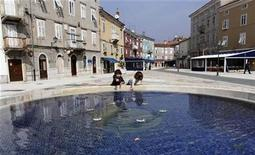 <p>Children play near a public fountain in Rijeka on the northern Adriatic island of Cres March 19, 2010. REUTERS/Nikola Solic</p>