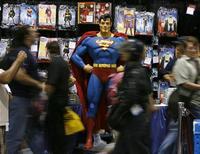 <p>Люди проходят мимо фигуры Супермена на выставке комиксов Comic-Con в Сан-Диего 26 июля 2007 года. Оригинальная обложка комикса про Супермена 1942 года будет продана на аукционе в среду, и ее цена может взлететь выше $500.000. REUTERS/Mike Blake</p>