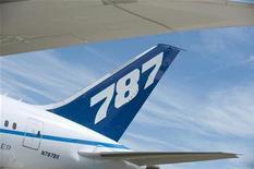 <p>Хвост самолета Boeing 787 Dreamliner, 19 июля 2010 года. Boeing Co прекратила все испытательные полеты своих самолетов 787 Dreamliner на следующий день после того, как возгорание электрооборудования на одном из них заставило экипаж совершить срочную посадку. REUTERS/Kieran Doherty</p>