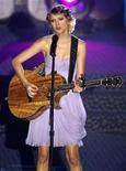 """<p>Imagen de archivo de la cantante Taylor Swift, durante una presentación en Nueva York. Jun 17 2010 Taylor Swift, de 20 años, se convirtió en la artista más joven en ganar el premio a compositor del año de música country BMI, una semana después del exitoso lanzamiento de su nuevo álbum """"Speak Now"""". REUTERS/Mike Segar/ARCHIVO</p>"""